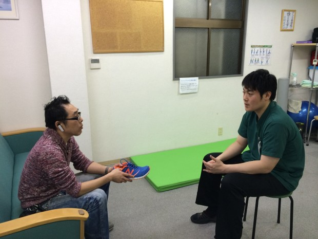 靴の説明を受ける須﨑先生